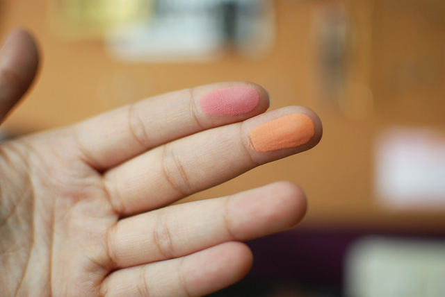 Illamasqua Duo Blusher - Lover Hussy Finger Swatch
