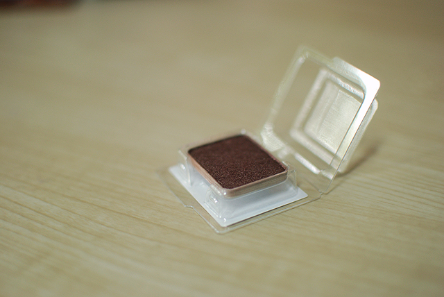 shu uemura eyeshadow ME medium brown 885 - open case