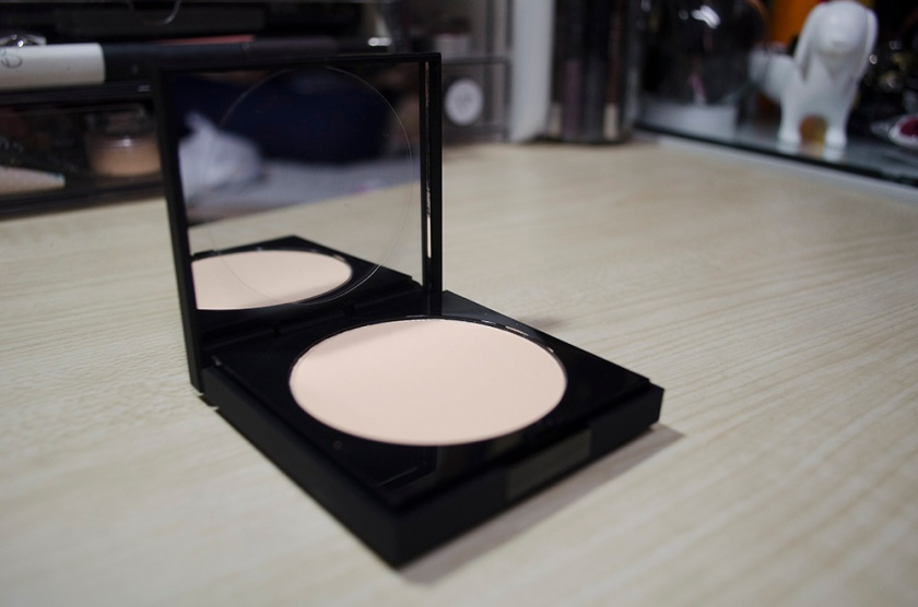Le Metier de Beaute Peau Vierge Anti-Aging Pressed Powder in Shade 2 - Open