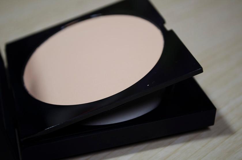 Le Metier de Beaute Peau Vierge Anti-Aging Pressed Powder in Shade 2 - Sponge